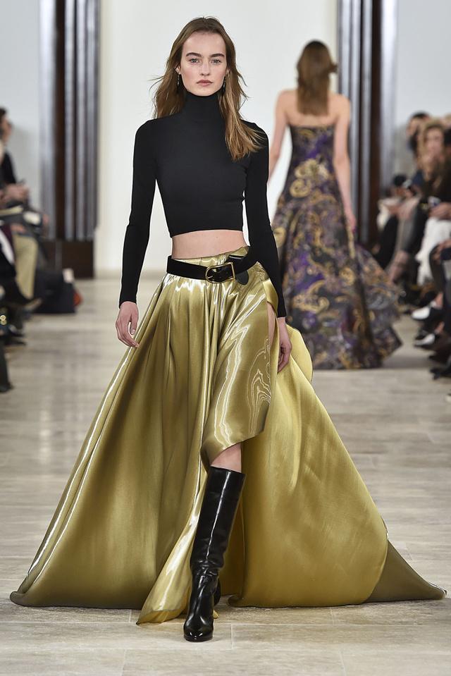 Ralph Lauren szerint haspóló garbóval hordjuk majd az arany szoknyát az ősszel.