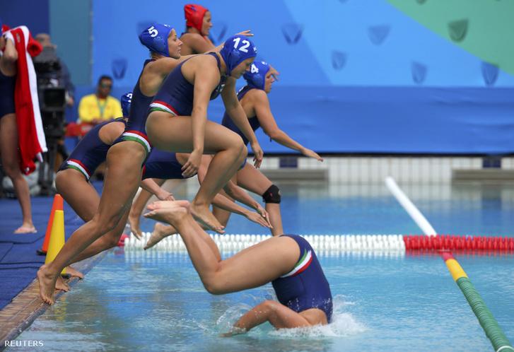Magyarország - Spanyolo.10-11. Tíz másodperccel a vége előtt támadhattak a magyar női pólósok az egyenlítésért, de a bírók elvették tőlünk a labdát. A spanyolok elleni vereséggel elvesztették a veretlenségüket a magyar vízilabdázók az olimpián.