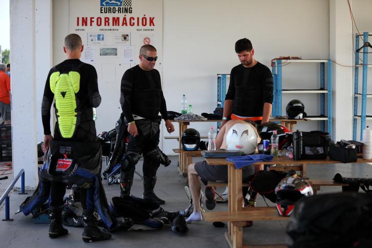 A lidlis aláöltöző a motorosok filatáskája