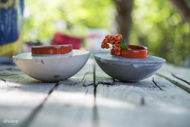 Két hasonló munka, az eltérés a szín. Többfunkciós darabnak készült, a mártogatósokon kívül kerülhet bele mécses, ékszerek, vagy akár virág is.