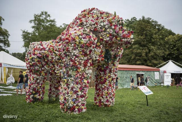 A gorilla művirágokból készült. Egy fém vázra került rá. Művirágokat akár ingyen is beszerezhet, miután mindenki kihajigálja a sírokról a Halottak Napján  odatett koszorúkat. Nyirán Virág alkotása.