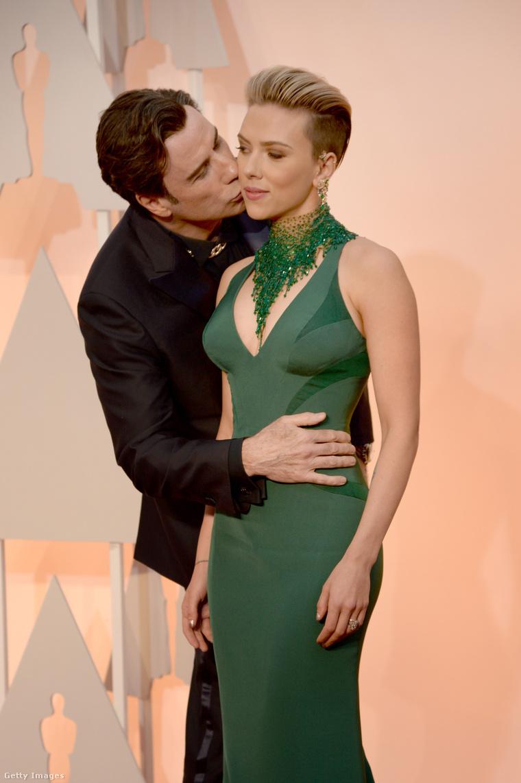 John Travolta az igazi Scarlett Johanssont csókolgatja, vagy a viaszmását?