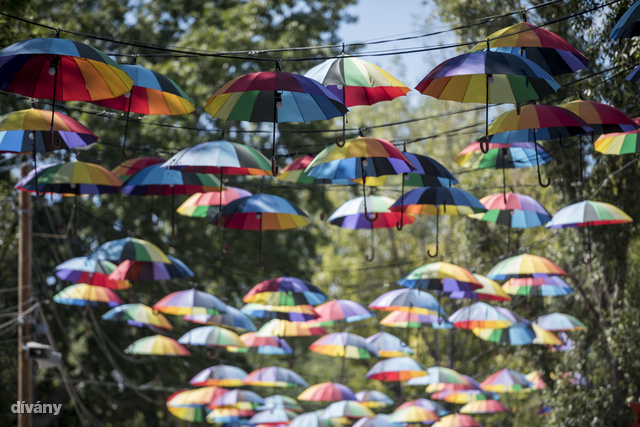 Még mindig nagy kedvenc az esernyős világítás.