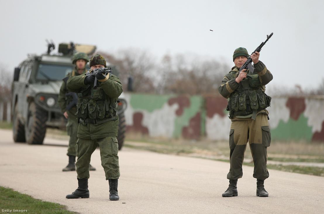 2014- a krímbe bevonuló orosz katonák lőnek a levegőbe, amikor egy ukrán egység zászlókkal indult meg feléjük, elhagyva laktanyájukat.