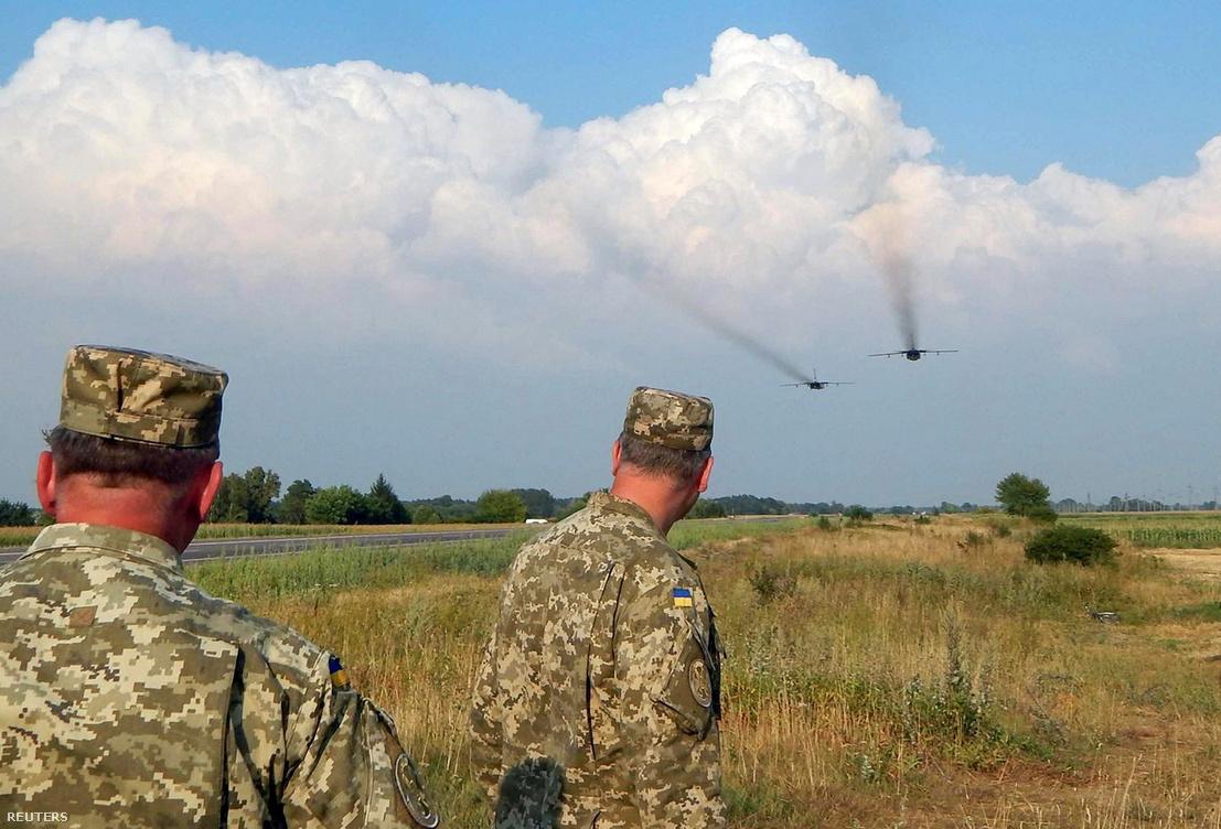 A fejük felett elhúzó Szu-24-es-bombázókat figyelik ukrán katonák a krími határ közelében.