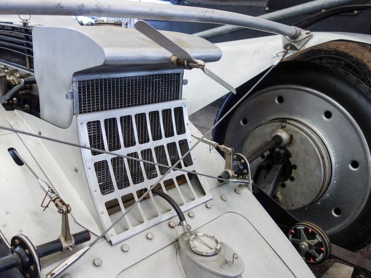 A termoszifonos hűtés nem bizonyult elég hatékonynak, ezért rásegítettek egy propelleres hajtású keringető szivattyúval