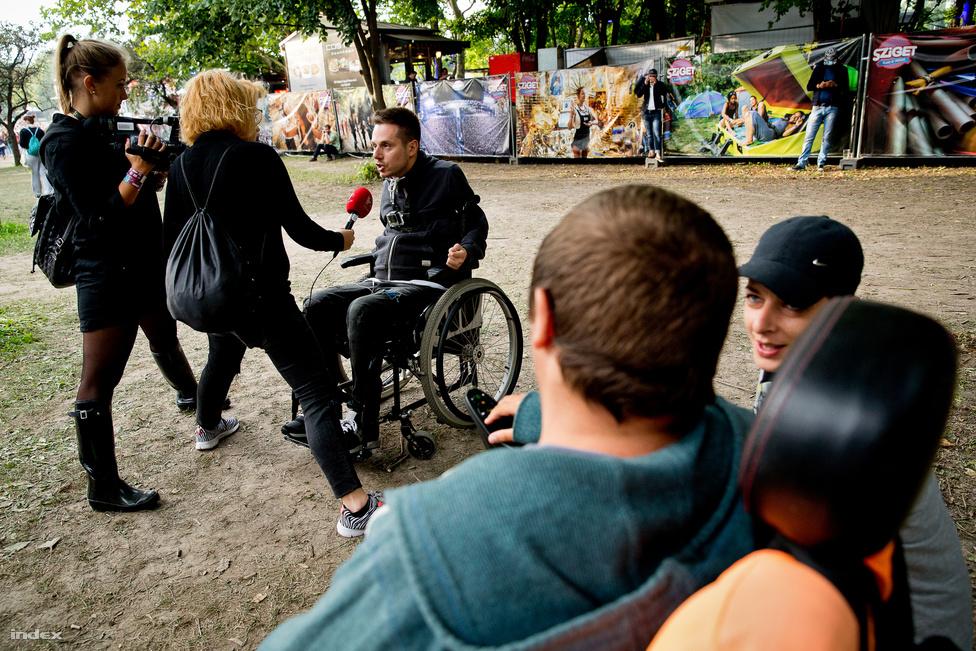Dani dob egy gyors interjút a TV2-nek is a Mozduljunk ki! programról, ott van vele Bence is, az a kerekesszékes fiatalember, aki egész héten kint nyomja a program önkéntes segítőivel a fesztiválon. A fogyatékossággal élőknek berendezett tágas, kulturált és nyugalmas Ability kempingben rendeztek be neki egy hatalmas sátrat, amiben nemcsak ágya van, és a fürdéshez szükséges gyógyászati segédeszköze, hanem egy csomó őrületesen kúl diszkófénye is. A programban részt vevő segítők a helyszínen a kerekesszék használatában, evésben, ivásban, mosdóhasználatban nyújtanak asszisztenciát. Ezek hiányában a kerekesszékesek többsége segítség nélkül nem tud önállóan kikapcsolódni vagy bulizni. Pedig a program szervezői azt mondják, Magyarországon körülbelül 50 ezer ember használ kerekesszéket, akik közül egy csomóan - bár nagyon szeretnének -, nem jutnak el a szórakozóhelyekre. Például, pusztán azért, mert nem akarják, hogy a szüleik kísérgessék őket vagy csak egyszerűen nincs biztonság-érzetük egyedül a totál új helyeken.