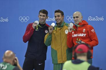 Az amerikai Michael Phelps-szel, a dél-afrikai Chad Le Clois-szal századra azonos időt úsztak.