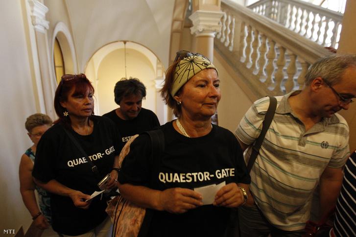 A Quaestor-ügy károsultjai érkeznek Tarsoly Csaba és társai ellen indított büntetõper tárgyalására a Fõvárosi Törvényszéken 2016. július 12-én.