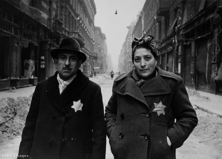Sárga csillagot viselő zsidó pár Budapesten, 1945-ben.