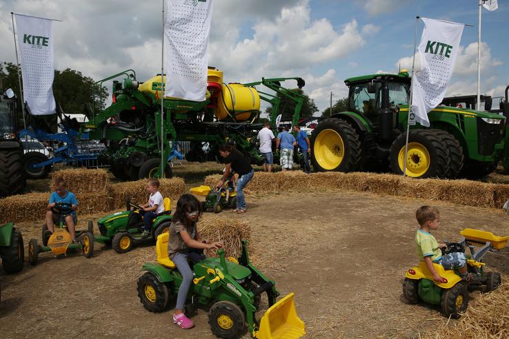 Edzésben az ifjú traktorosok. Nagy sikere volt a pedálos traktorozásnak is.