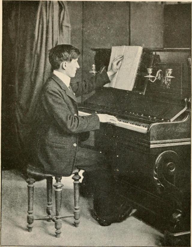 Egy vak muzsikus egyik kezével kottát olvas, másikkal játszik (1917.)