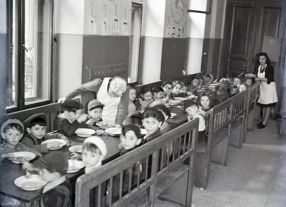 Hámori Gyula az utolsó, viszonylagos nyugalomban eltelt évek egyikében készíthette ezt a fotót. 1948 után a magyarországi zsidóság egyre nehezebb helyzetbe került. A Rákosi-korszak egyházellenes intézkedései természetesen rájuk is vonatkoztak: eltörölték az iskolai hitoktatást, a héber nyelvű érettségit, lapjuk papírhiány miatt nem jelenhetett meg. A már említett szombati munkanap bevezetése pedig alapjaiban nehezítette meg életüket. Amikor 1950-ben rendeletben egyesítették az ortodox és neológ irányzatokat, Rákosi tulajdonképpen elérte, ami a zsidó vallási vezetőknek hosszú ideig nem sikerült. A budapesti ortodox hitközség 1994-ig a Budapesti Izraelita Hitközség ortodox tagozataként működött.