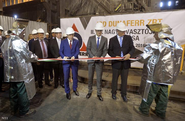 Szergej Gorkov a Vnyesekonombank (VEB) vezérigazgatója Szijjártó Péter külgazdasági és külügyminiszter és Jevgenyij Tanhiljevics a dunaújvárosi ISD Dunaferr cégvezetője (középen b-j) a társaság átépített nagyolvasztójának avatásán 2016. július 25-én.