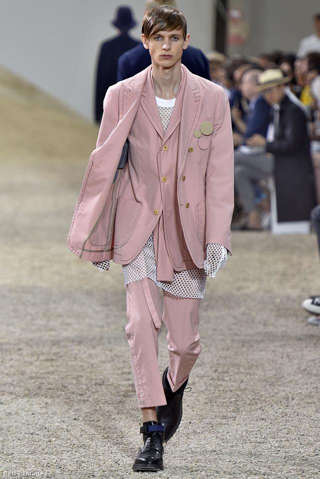 Tetőtől-talpig púder rózsaszínbe öltöztetett modell a Sacai párizsi bemutatóján.
