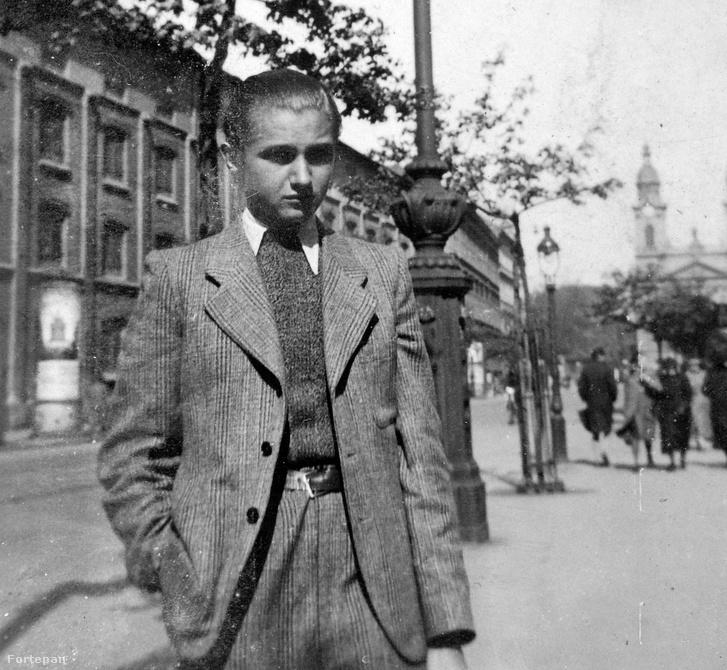 """""""Hirtelen elénk ugrik egy fiatal srác."""" Ismeretlen fiú képe a Horváth Mihály téri templom előtt 1940-ből"""