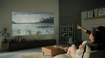 Közelről vetíti a képet a falra a miniprojektor