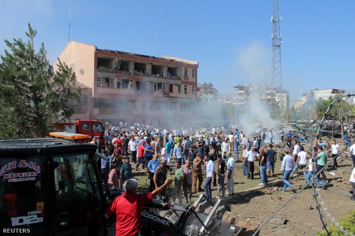 Az autóba rejtett bomba robbanásának helyszíne Törökországban