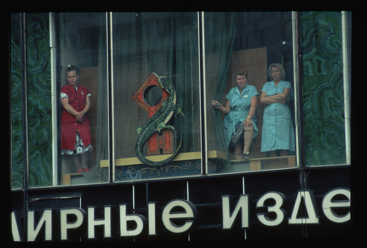 Nézni volt mit a Kalinyin sugárúton – a későbbi Novij Arbaton – eladni nem nagyon. Nem csak ékszerek nem voltak, amit ez a bolt árult eredetileg, hanem nagyjából semmi, beleértve az alapvető élelmiszereket is, amiket csak jegyre lehetett kapni.