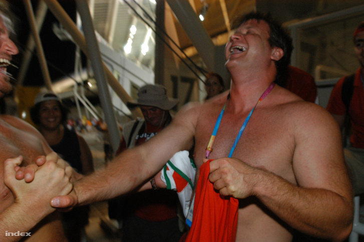 2004. Athén. Annus Adrián kalapácsvetésben szerzett aranyérmét ünnepli. A magyar sportoló olimpiai elsőségét később elvették, mert nem működött együtt a doppingellenőrző bizottsággal.