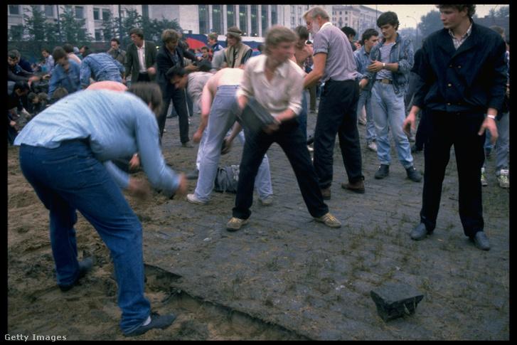 Épül a barikád a moszkvai Fehér Háznál, azaz a parlamentnél. Az épület volt Jelcinék és az ellenállás főhadiszállása, de a puccsisták végül letettek a nyílt rohamról. A puccs alatt egyszer volt halálos áldozattal járó összecsapás. Három tiltakozó halt meg, amikor egy páncélos egység egy barikádba rohant, vélhetően épp útban a parlament felé.