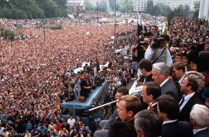Augusztus 20-án 200 ezer ember vonult a Fehér Ház elé Jelcint éltetve. A sors iróniája, hogy két év múlva ő löveti majd ugyanezt az épületet, ahol azok szegülnek vele szembe, akik most mellette állnak: Ruszlan Hazbulatov és Alekszandr Ruckoj a parlament elnöke és alelnöke.