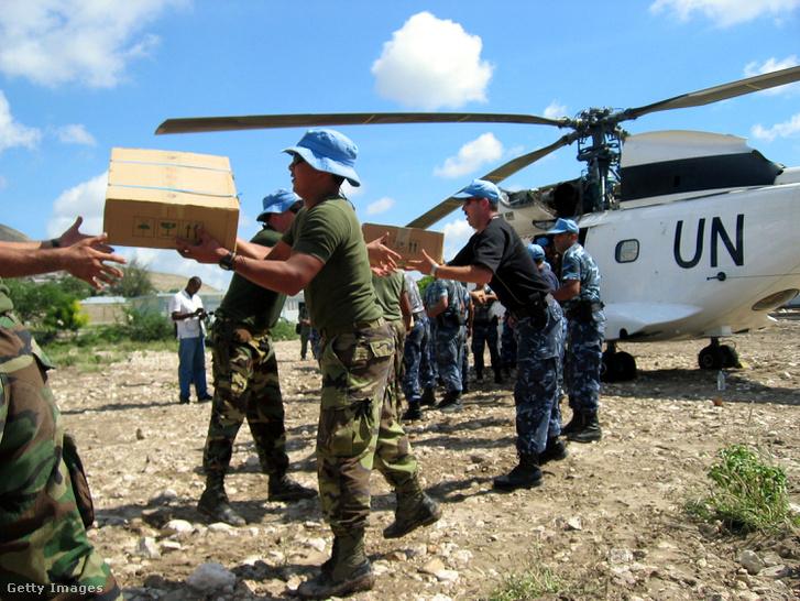 Segélyszállítmányt rakodó ENSZ-békefenntartók 2004-ben, Haitiben