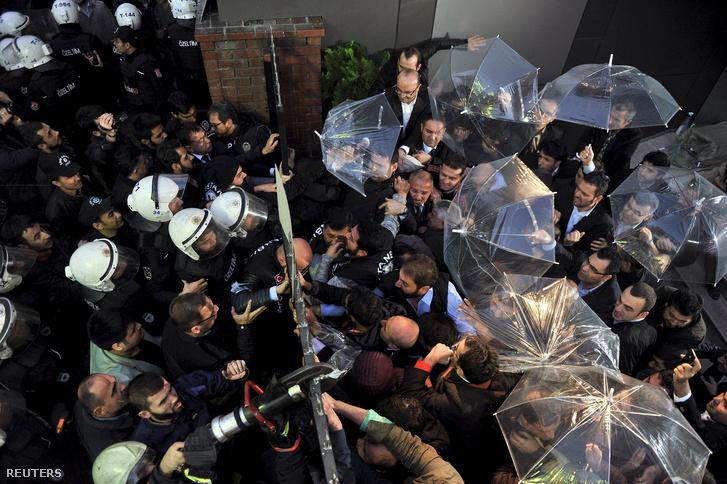 A Kanalturk és a BugunTV dolgozói próbálnak ellenállni a rohamrendőröknek 2015. október 28-án, Isztambulban.