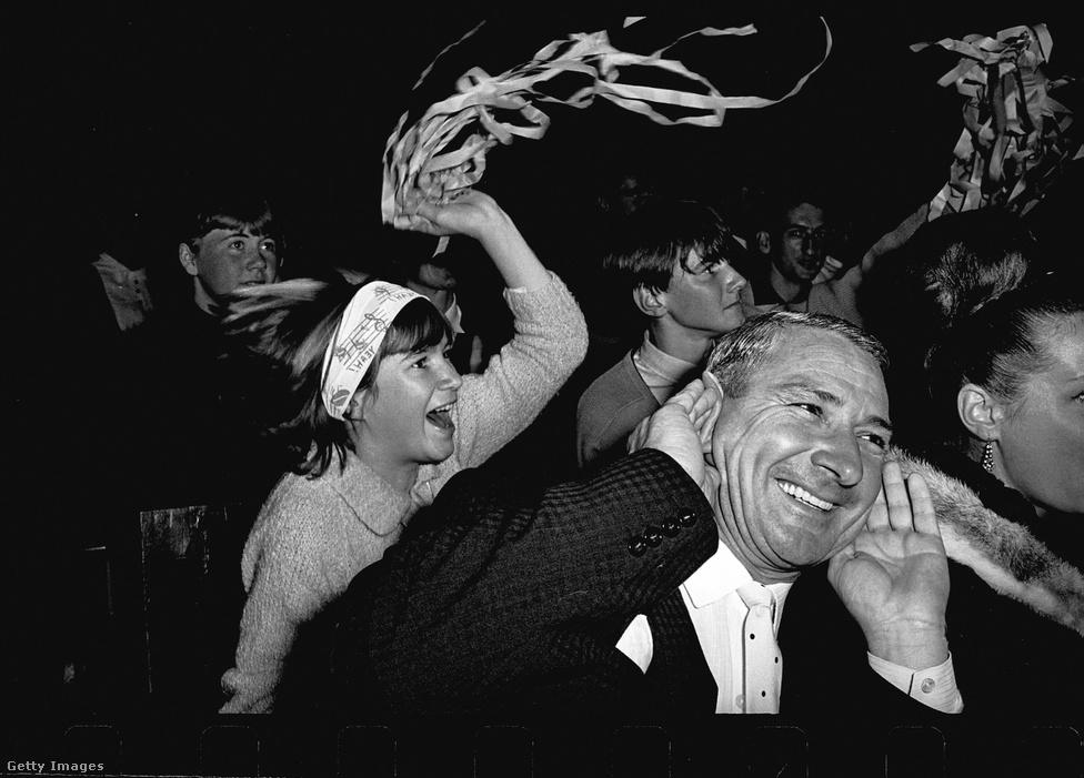 A Beatlesnek a koncertjein nemcsak a rajongók túláradó lelkesedésével kellett megküzdeniük, de még azzal is, hogy a közönség világszerte gumicukrot dobált a színpadra. Ez a kép még 1964. június 18-án készült Sydneyben, ahol Paul McCartney kétszer is a koncertet megszakítva arra kérte a közönséget, hogy ne dobáljanak több édességet, de hiába. Az egész gumicukor-őrület George Harrison hibája volt, aki egyszer interjúban óvatlanul bevallotta, hogy szereti, ebből pedig hamar őrület lett, és egy idő után valóságos rituálé lett a gumicukorhajigálás. Ez különösen Amerikában volt kellemetlen, ahol inkább a kemény cukorbevonatú jelly beant fogyaszották, és ezzel szórták meg a zenekart, hiába kérték a közönséget, hogy ne csinálják. Harrisont egyszer szemen is találta egy - csoda-e, hogy egyre kevésbé rajongtak a koncertezésért?
