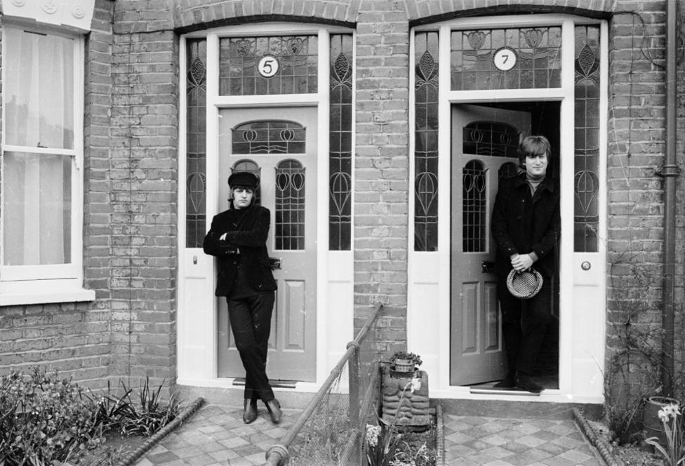 """Ringo Starr és John Lennon még mindig a Help! forgatásán 1965 áprilisában, immár az angliai Twickenhamben. Bár mindkét film ráerősített a Beatles-fiúk jópofa, vicces image-ére, addigra már rendesen bedarálta őket a siker és a vele járó nyomás. A kép két nappal a Help! című szám felvétele után készült, amely egy """"tudat alatti segélykiáltás"""" volt Lennontól: """"Meghíztam, depressziós voltam és segítségért kiabáltam"""" - mondta később erről az időszakról, és ez volt az egyik első olyan, őszinte Beatles-szám, amelyből a figyelmes szemlélőnek kiderülhetett, hogy a fiúkkal nincs minden rendben. Lennon utólag csak azt bánta, hogy túl gyors lett a dal tempója, és ez nem igazán volt összhangban a mondanivalójával - a legtöbb hallgatónak a Help! csak egy sima, gyors rock and roll-dal volt."""