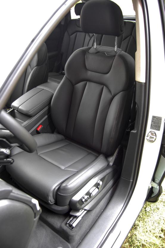 Nem masszírozós, de elektromos mozhatású, nagyon kényelmes és nagy az ülés