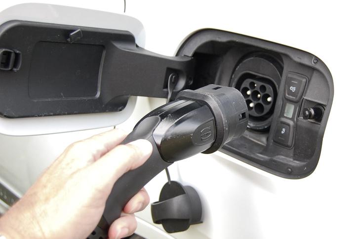 Bal oldalon áramot, jobb oldalon gázolajat és adBlue-t tankolhatunk.