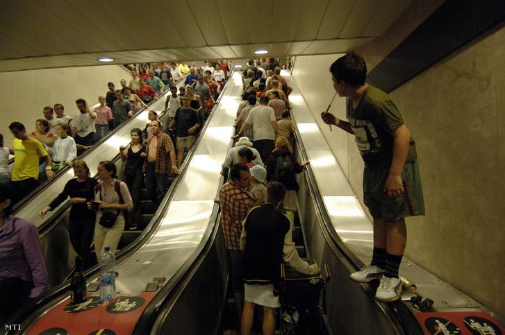 A vihar elől a Batthyány téri metrómegállóba menekült emberek.