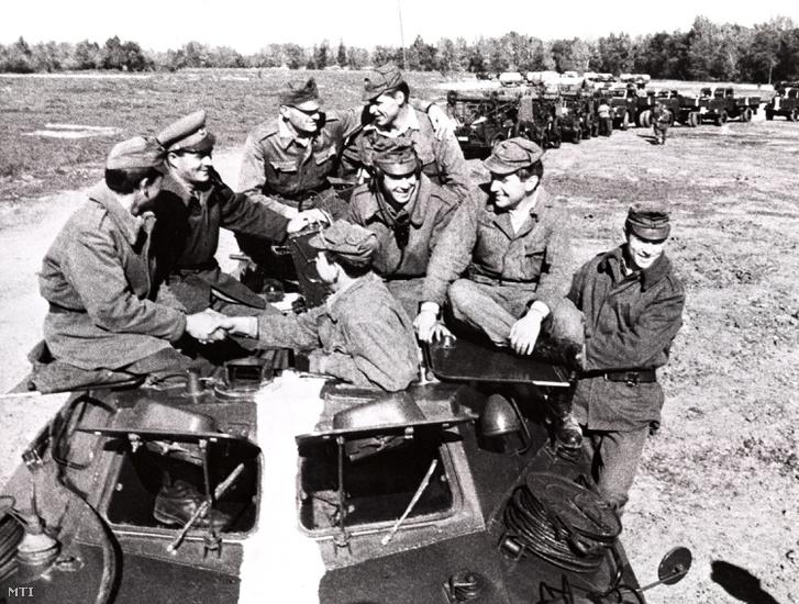 1968. október 20. Csehszlovák katonáktól búcsúznak a magyar hadsereg Csehszlovákiából hazatérõ honvédei miután a Varsói Szerzõdés Szervezete országainak csapatai szovjet vezetéssel megszállták Csehszlovákiát eltiporva a szocializmus demokratizálására tett csehszlovák kísérletet.