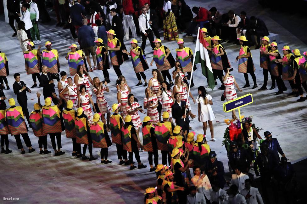 Érkezik a magyar csapat a XXXI. nyári olimpiai játékok megnyitójára, a Maracana Stadionba. A közel négyórás, látványos nyitóünnepséggel kezdődtek a nyolc aranyat hozó játékok.