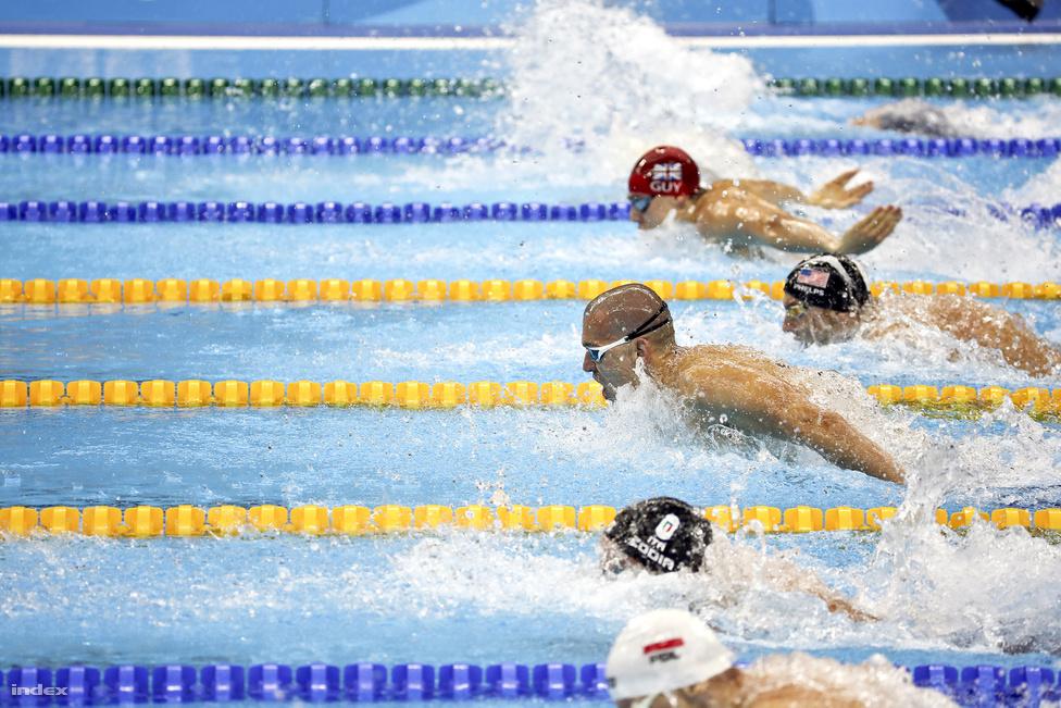 Michael Phelps útban egyik aranya felé. 200 méter pillangón Kenderesi Tamás az előfutamban kétszer is megverte, 100 méteren pedig Cseh Lászlóval és a dél-afrikai Chad LeClosszal együtt állt fel a dobogó harmadik fokára.