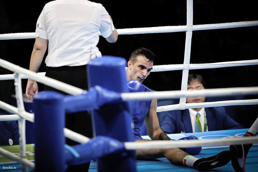 Harcsa Zoltán a padlón. A magyar bokszoló a 75 kg-osok között a kubai, később olimpiai bajnok Arlen Lópeztől kapott ki technikai K.O.-val. A magyar bokszoló egy nagyon kemény bal csapott után nem tudta folytatni a küzdelmet.