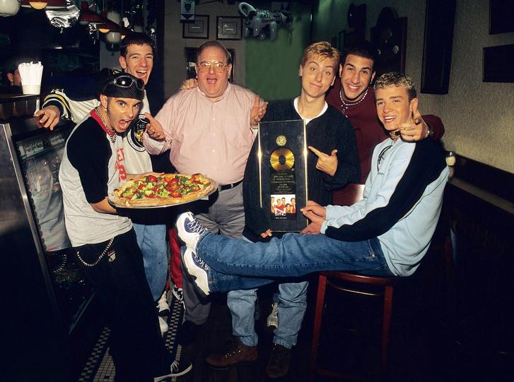 Lou Pearlman (középen) és az 'NSync zenekar 1996-ban