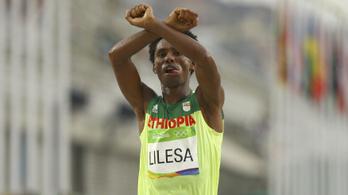 Emlékeznek még az olimpia tiltakozó hősére? Újra átölelhette a családját