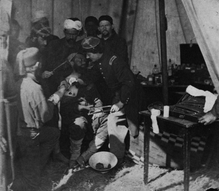 Sérült katonát látnak el és készítenek elő amputációra egy egy tábori kórházban, 1863-ban, az amerikai polgárháborúban.