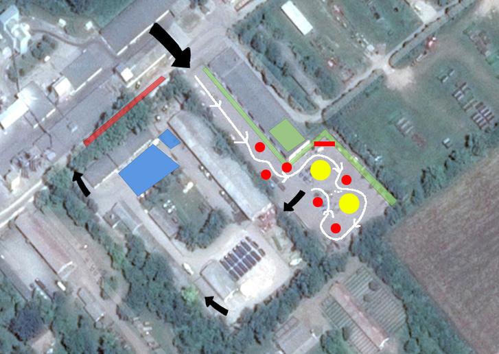 Zöld a látogatói terület, fehér a nyomvonal, a sárga körök valami nagy és nehéz dolgot jelölnek, a pirosak pedig a 400 kilós szalmabálák. A közlekedőút árnyékában simán eltelik az a pár perc a menetek között. Kék a paddock és a gumisműhely.