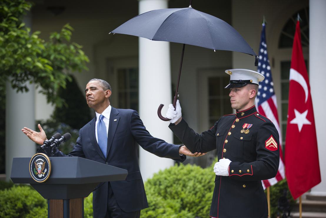 Barack Obama ellenőrzi az esőt, mielőtt közös sajtótájékoztató tartanak Erdogannal a Fehér Ház udvarában (2013.)