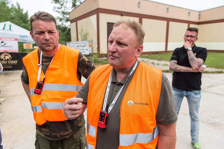 Piotr Koper lengyel (j) és Andreas Richter német amatõr kincsvadász