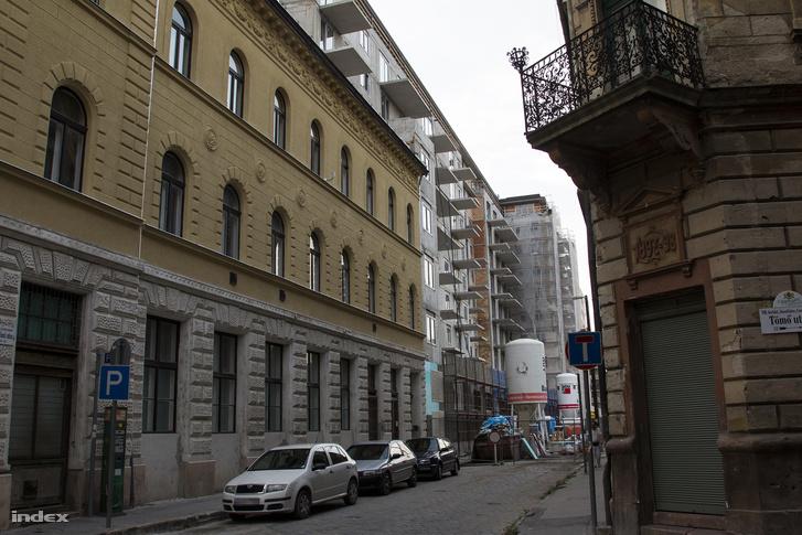 A Leonardo utca 41-es számú házat felújították, mellette a lakópark újabb épülete készül.