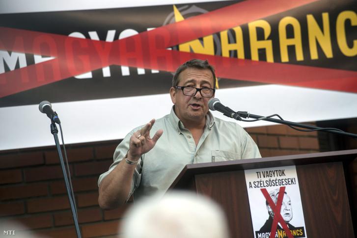 Bayer Zsolt publicista a Békemenet egyik szervezője beszédet mond a Civil Összefogás Fórum (CÖF) tüntetésén amelyet a Magyar Narancs szerkesztősége előtt tartottak tiltakozásul a hetilap címlapja miatt 2015. szeptember 13-án.