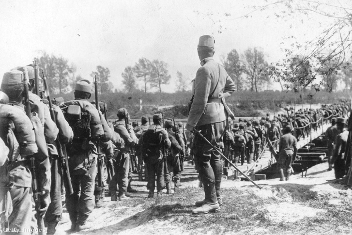 Magyar katonák menetelnek egy folyón a Kárpátokban