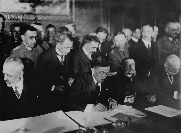 A bukaresti békeszerződés aláírása.