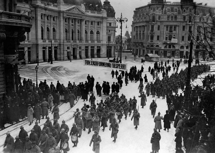 Német katonák vonulnak Bukarest utcáin