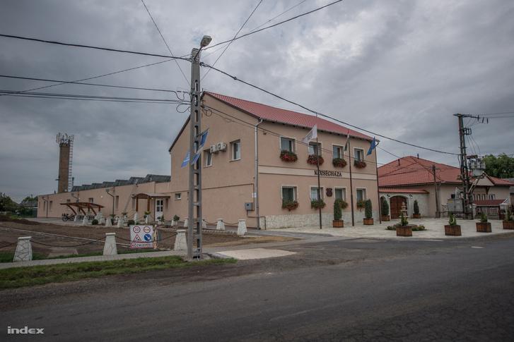 Napelemekkel felújított községháza Mezőzomboron
