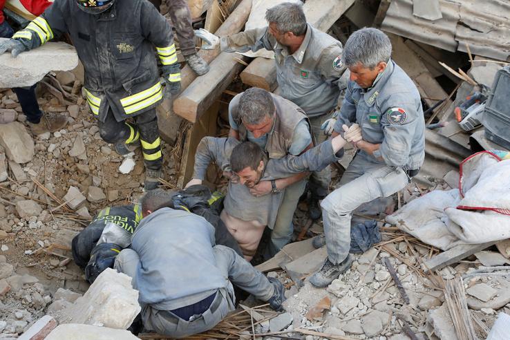Amatricében a házak háromnegyede semmisült meg, a romok alól még mentik a túlélőket.